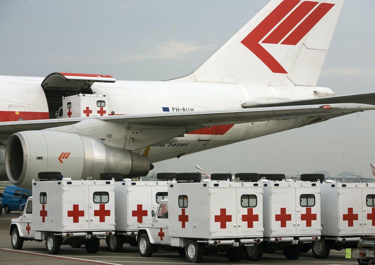 Tien four wheel drive ambulances zijn vandaag met een Martinair Boeing 747-vrachtvliegtuig vertrokken richting Libanon.