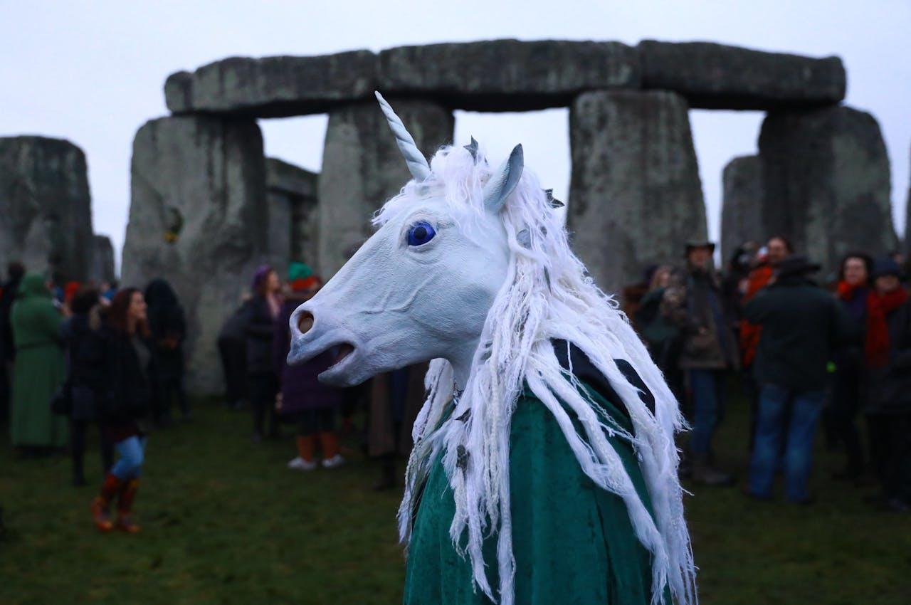 Iemand met een eenhoornmasker bij Stonehenge, want ja, waarom niet?