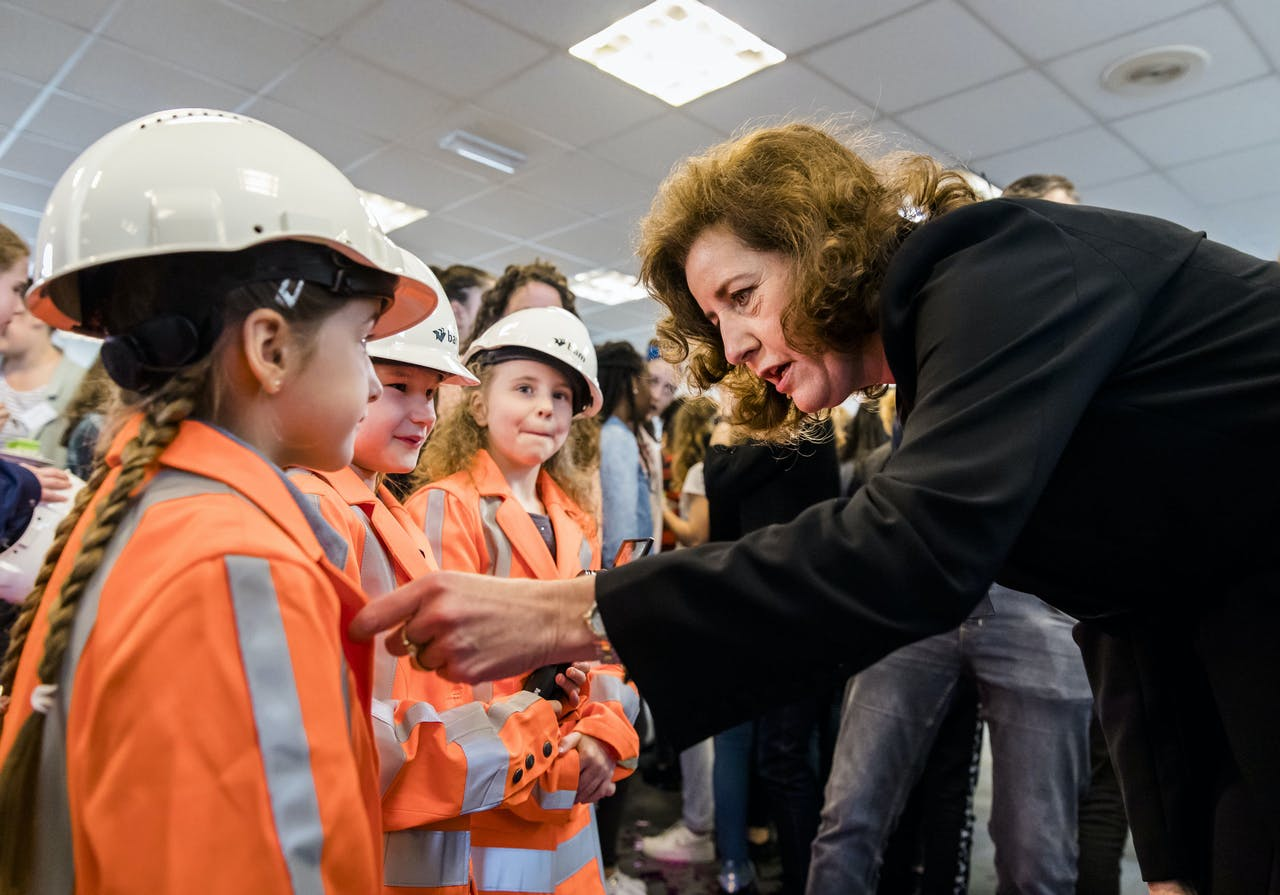 Minister Ingrid van Engelshoven verricht de opening van Girlsday 2018 met 75 meisjes op een bouwplaats van bouwbedrijf BAM. Girlsday is bedoeld om meisjes kennis te laten maken met technologie, en ze te laten weten dat ze welkom zijn in deze branche. ANP BART MAAT