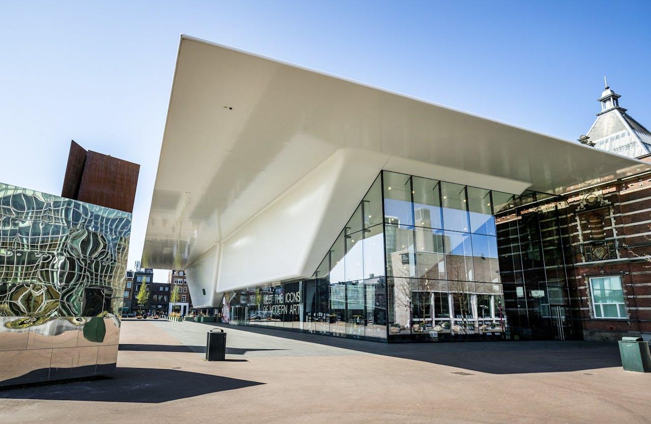 Interieur van het Stedelijk Museum.