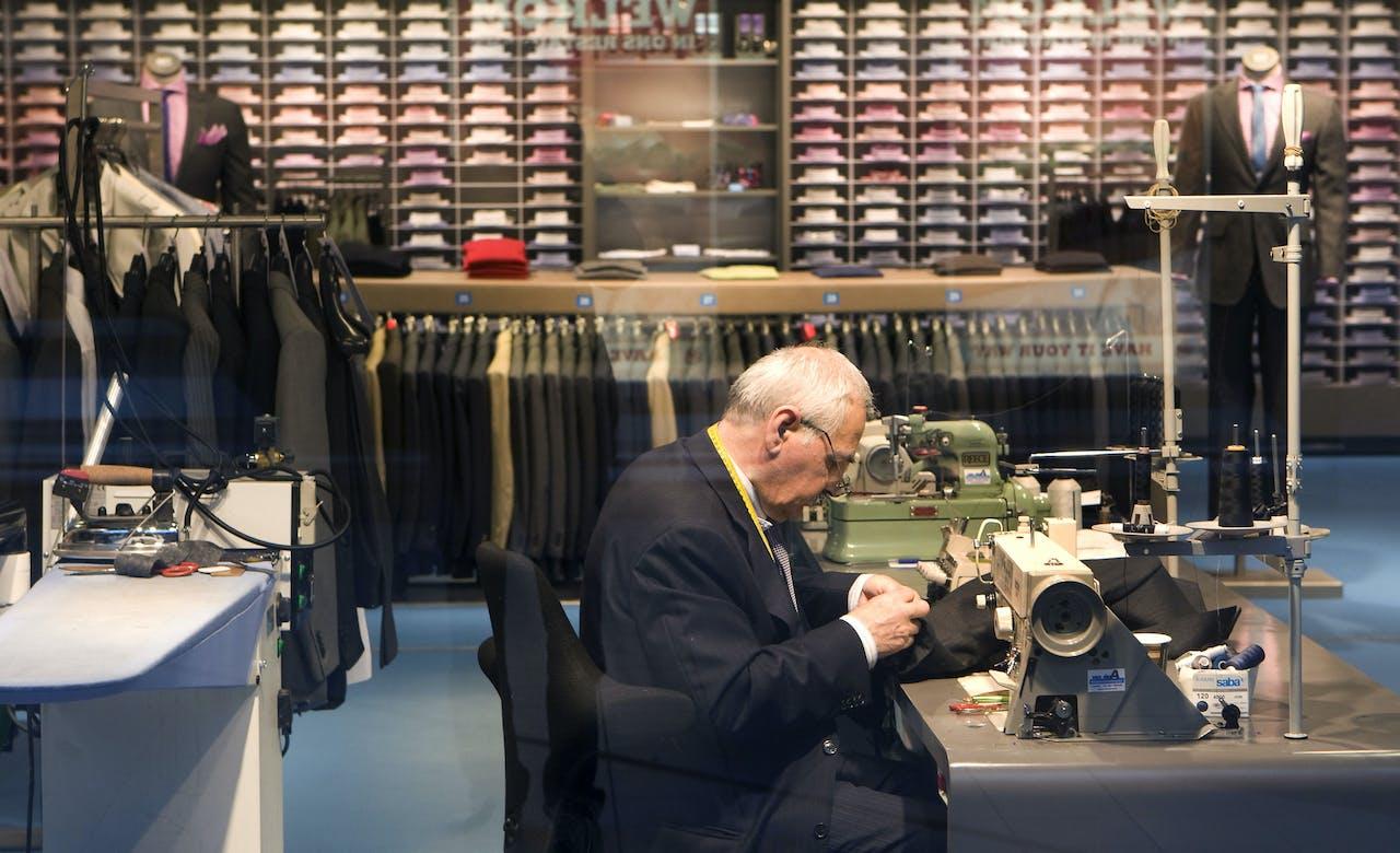 Een kleermaker aan het werk bij SuitSupply