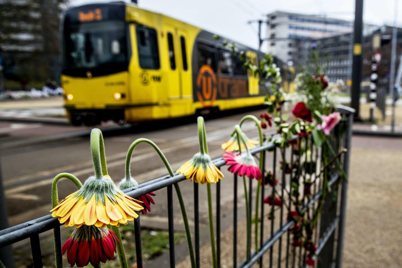 Bloemen op de plek waar drie mensen om het leven kwamen door een aanslag in een tram.