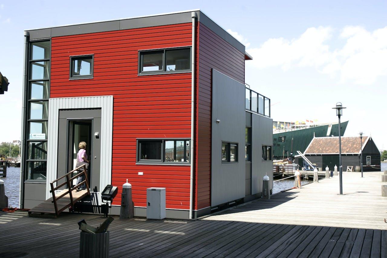 2007-07-18 12:36:48 AMSTERDAM - Bezichtiging eerste drijvende modelwaterwoning die volgens Bouwbesluit is gebouwd woensdag in IJburg, Amsterdam. De modelwoning ligt naast het Scheepvaartmuseum . De woning is naar eigen inzicht in te delen en te ontwerpen. In IJburg kan apart een waterkavel gekocht worden waar dan de waterwoning aangemeerd kan worden. ANP PHOTO OLAF KRAAK