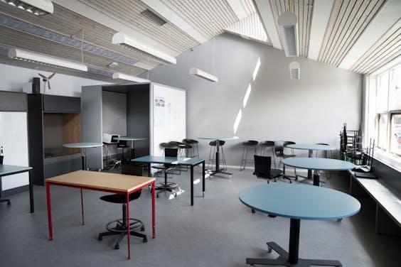 Schoolbankjes op gepaste afstand in een Deense school die anticipeert op heropening