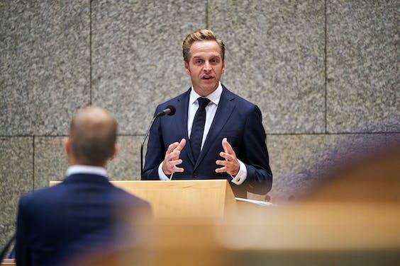SP tweede kamerl;id Maarten Hijink in debat met Minister Hugo de Jonge van Volksgezondheid,