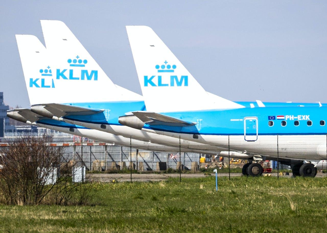 2020-03-21 16:47:27 SCHIPHOL - Vliegtuigen van KLM staan aan de grond op Schiphol. KLM bouwt haar Europese netwerk verder af, nu de maatschappij vanwege het nieuwe coronavirus steeds minder passagiers verwelkomt. ANP REMKO DE WAAL
