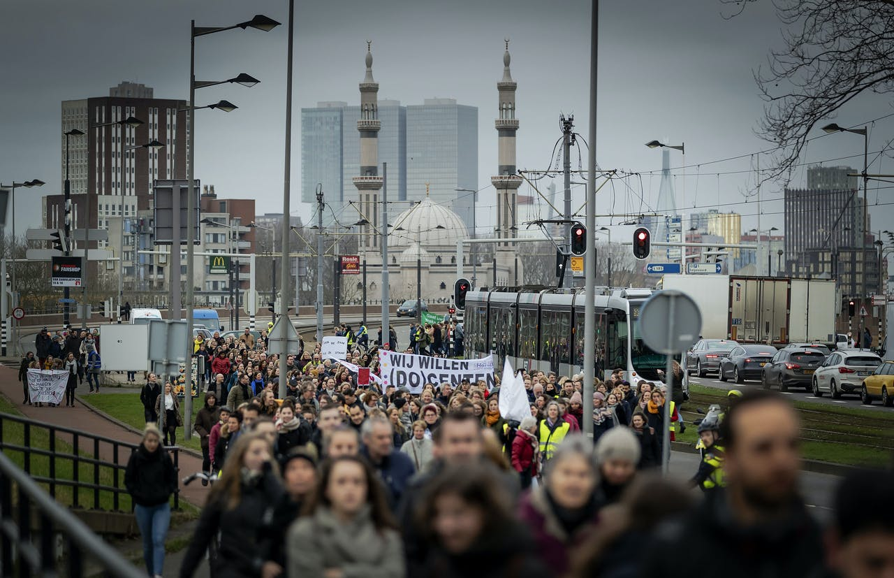 Demonstrerende leraren lopen richting Rotterdamse Kuip.