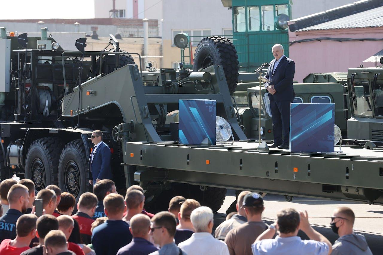 Loekasjenko tijdens bezoek aan de tractorfabriek in Minsk.