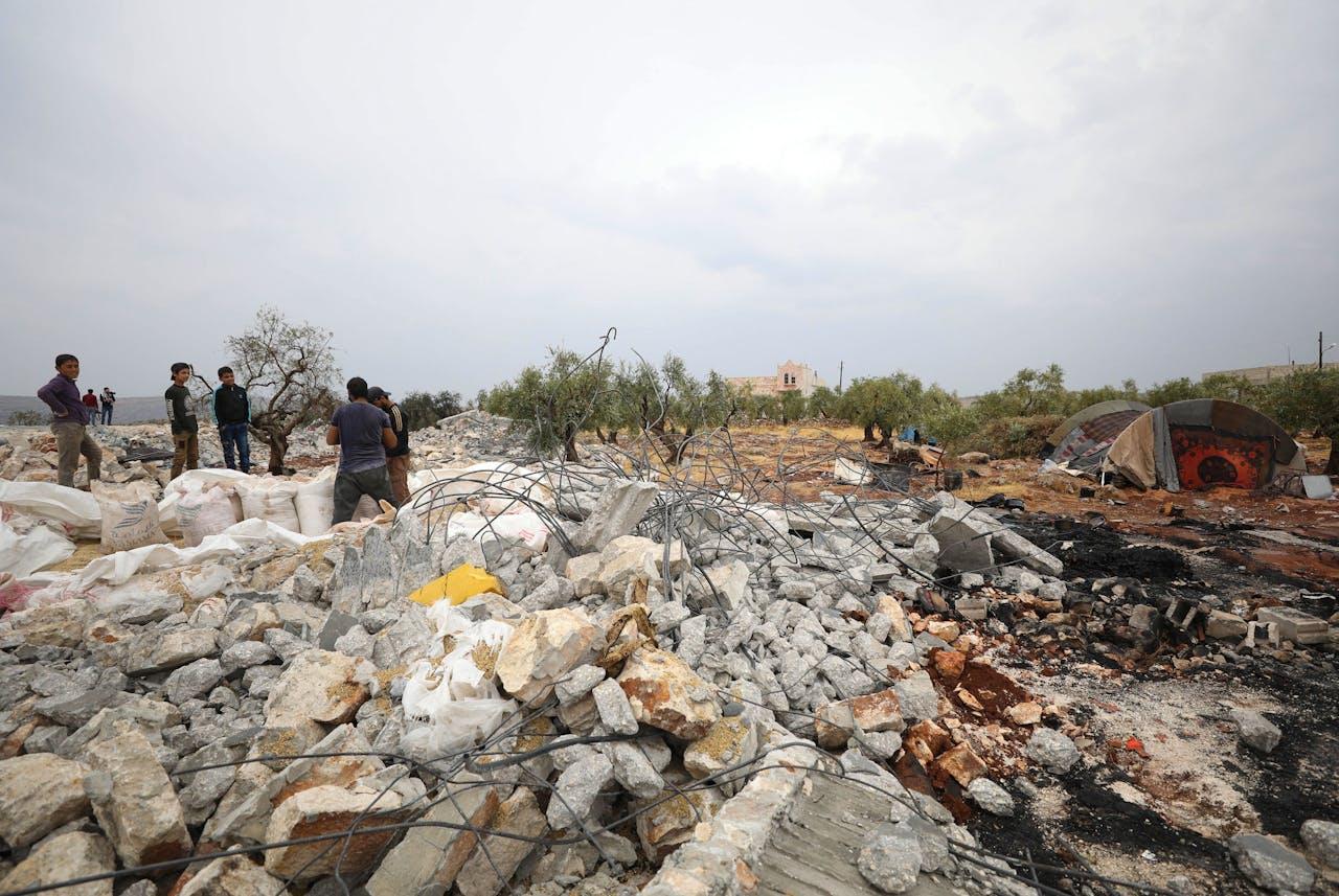 Een foto genomen op 28 oktober 2019 toont mensen die door het puin zoeken op de plek waar een Amerikaanse operatie het leven kostte aan de leider van IS, Abu Bakr al-Baghdadi.