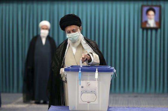 Geestelijk leider ayatollah Ali Khamenei brengt zijn stem uit.