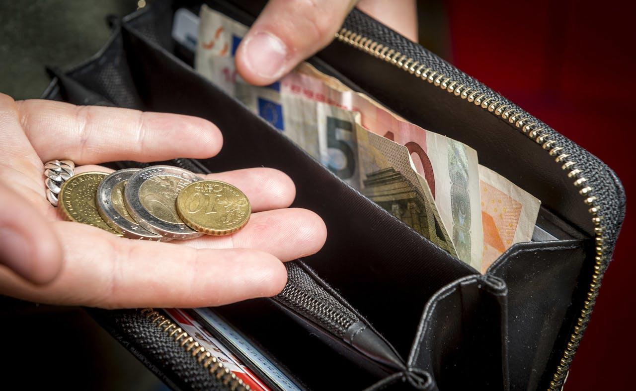 Een huishoudboekje met een overzicht van alle inkomsten en uitgaven. Het CBS heeft berekend dat het leven in vergelijking met twintig jaar terug ongeveer 45 procent duurder is geworden.