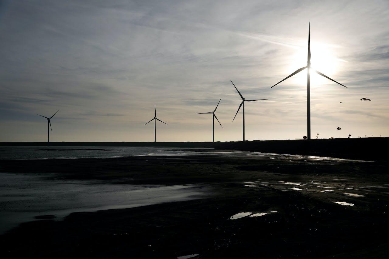 2019-02-12 16:50:09 ROTTERDAM - Windmolens bij windpark Slufterdam. De oude windmolens zijn vervangen door veertien moderne, efficientere windmolens die genoeg stroom opwekken om jaarlijks circa 50.000 huishoudens van duurzame energie te voorzien. ANP BAS CZERWINSKI