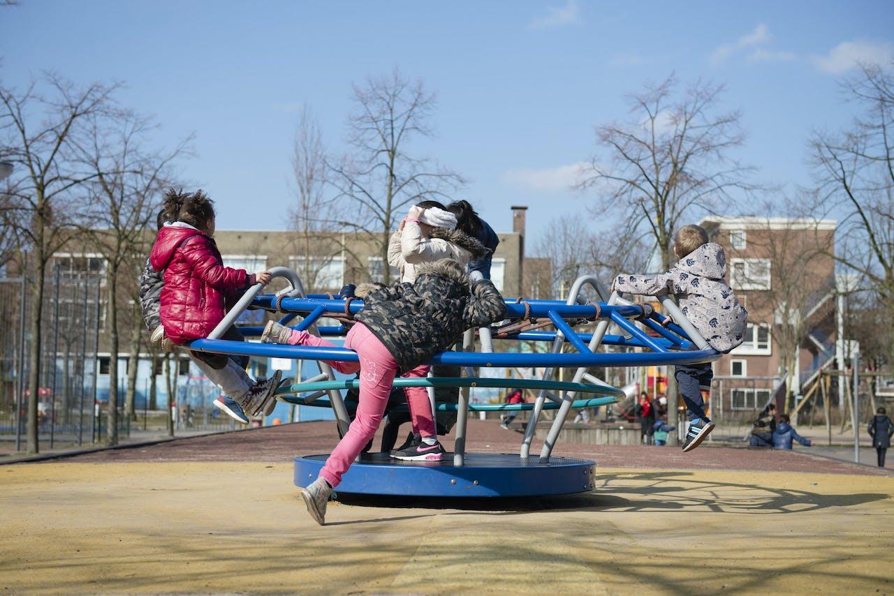 2016-03-16 00:00:00 ROTTERDAM-DELFSHAVEN - Spelende kinderen op plein 1943 in Delfshaven. ANP MARIEKE ODEKERKEN
