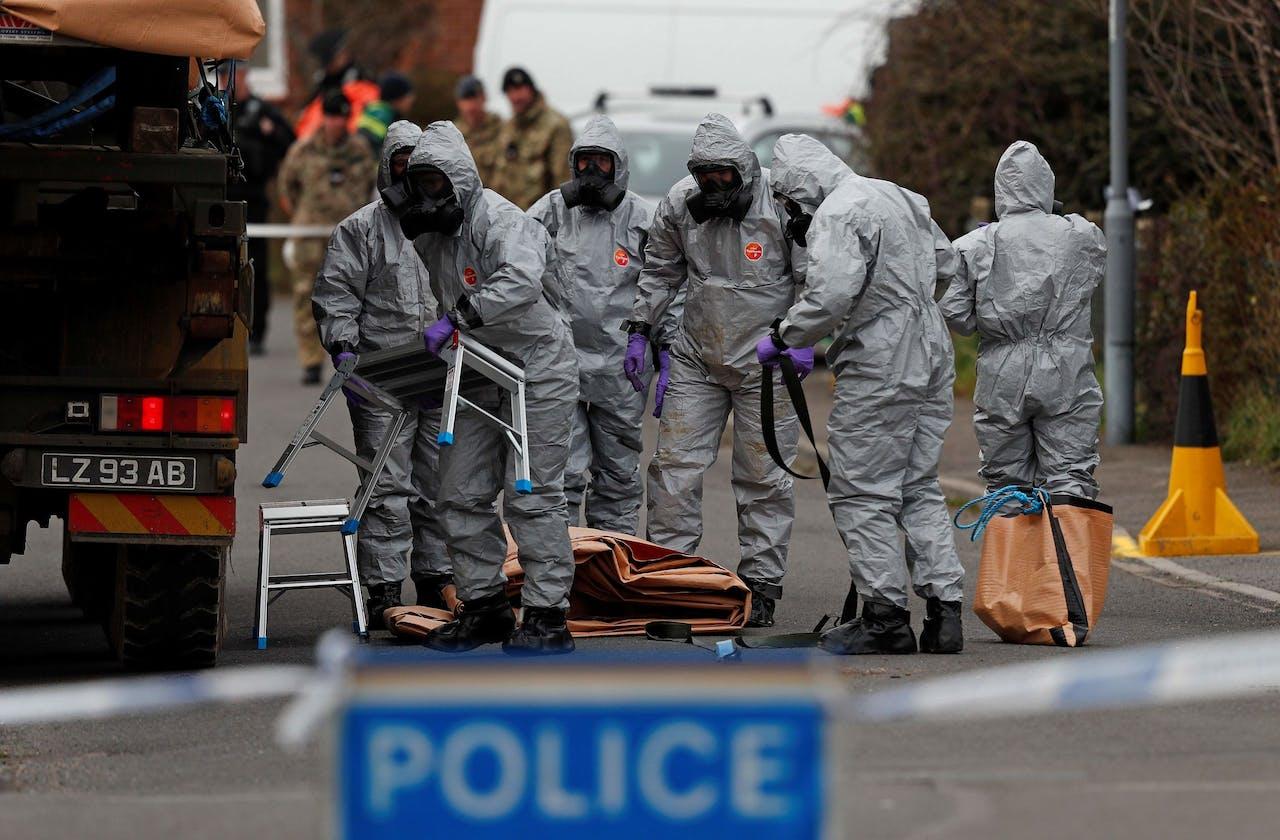 Britse militairen verwijderen in het Engelse Gillingham een voertuig dat in verband wordt gebracht met de vergiftiging van Skripal.