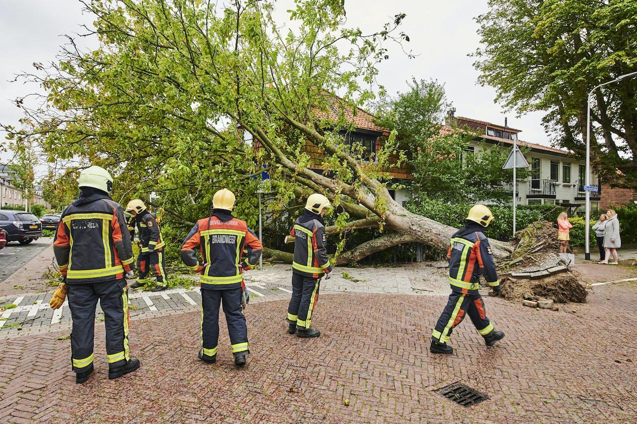 De brandweer heeft het druk bij een storm