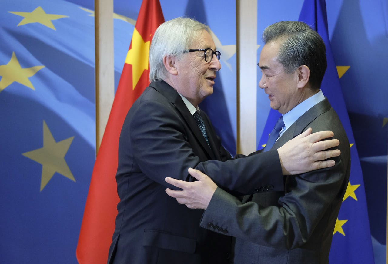 Jean-Claude Juncker begroet de Chinese minister van Buitenlandse Zaken Wang Yi. EPA/OLIVIER HOSLET