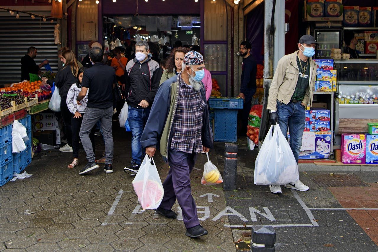 De meeste bezoekers van De Bazaar dragen mondkapjes. De markt vraagt alle bezoekers een mondkapje te dragen, als maatregel tegen het coronavirus.