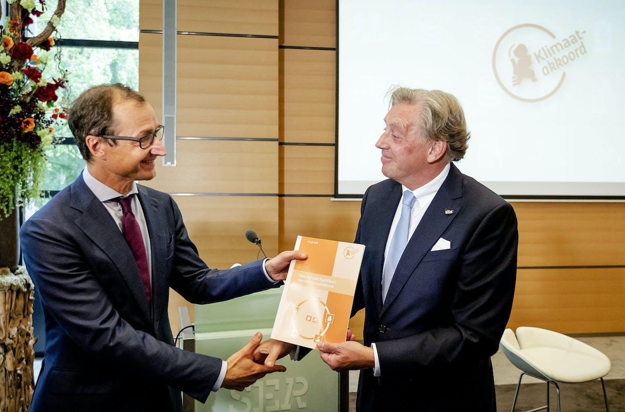 Voorzitter Ed Nijpels presenteert de hoofdlijnen van het Klimaatakkoord aan Minister Wiebes.