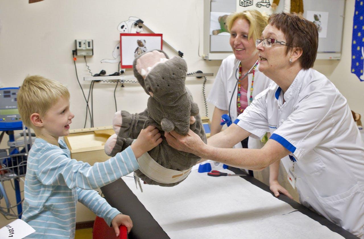 2011-03-19 12:17:26 AMSTERDAM - Een bezoeker krijgt zaterdag zijn nijlpaard terug nadat deze is verbonden door de poppendokter tijdens de Open Dag van de Zorg in het BovenIJ ziekenhuis in Amsterdam. ANP KOEN SUYK