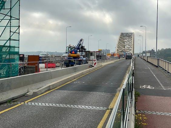 De Waalbrug in Nijmegen wordt ingrijpen gerenoveerd. Het aantal rijbanen werd gehalveerd.