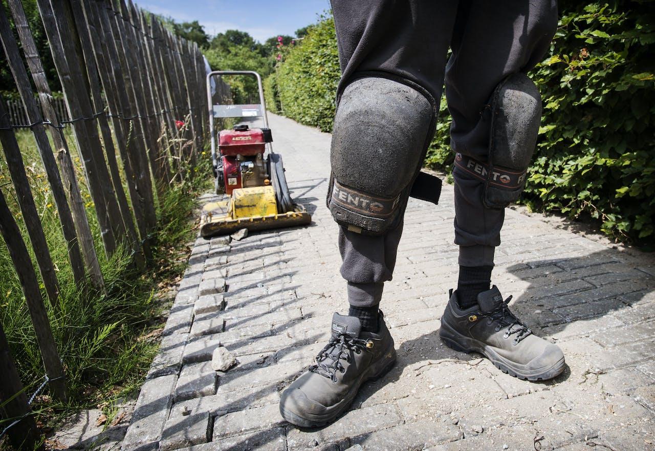 NOOTDORP - Een stratenmaker aan het werk. De politiek praat al jaren tevergeefs over een oplossing voor mensen met zware beroepen die niet in staat zijn om langer door te werken, zoals in de zorg of de bouw.