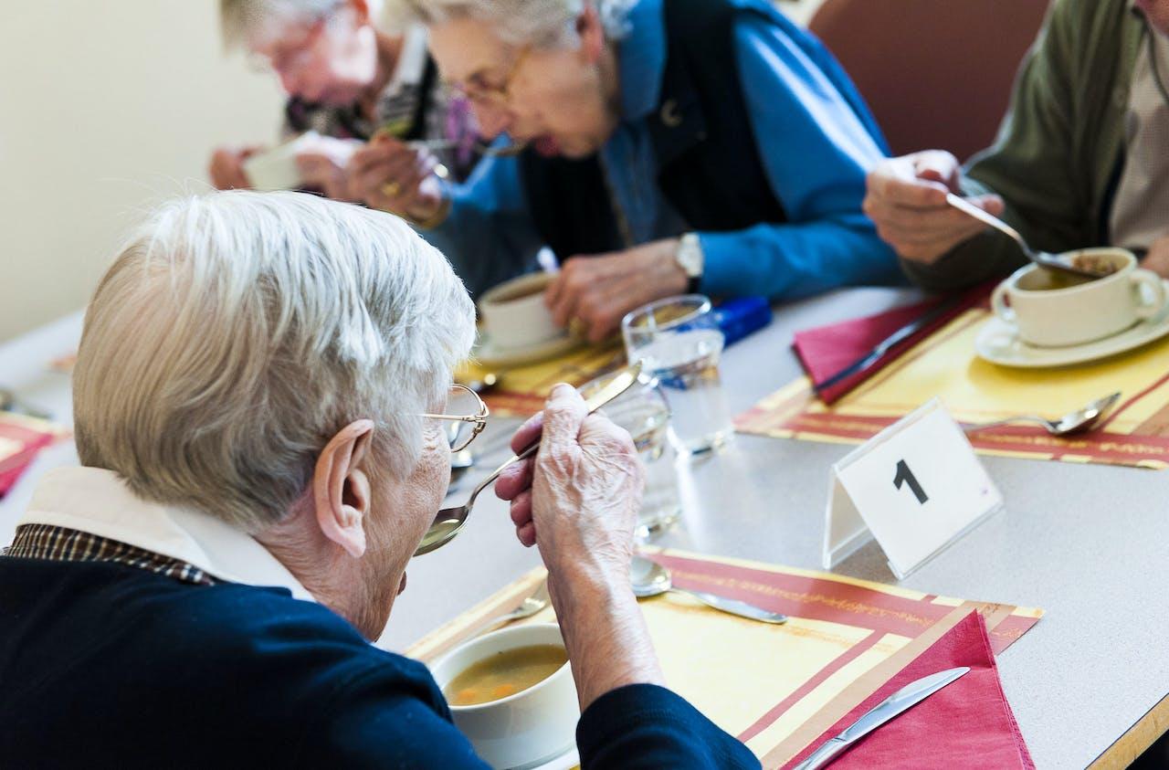 Ouderen eten een maaltijd in een verzorgingshuis