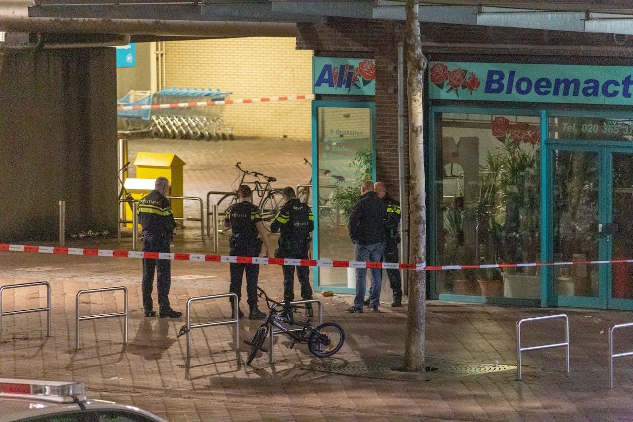Onder meer op het Bijlmerplein werd een handgranaat aangetroffen.