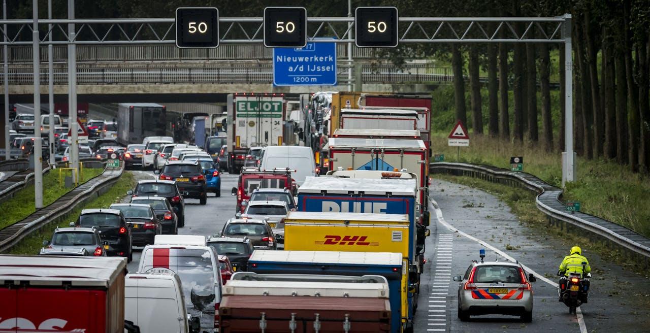 Capelle aan den IJssel - Het verkeer op de A20 heeft vaal last van de najaarsstorm.ANP COPYRIGHT LEX VAN LIESHOUT