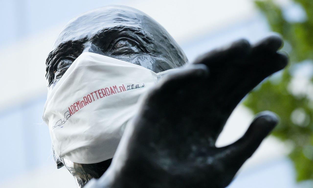 Het standbeeld van Pim Fortuyn met een mondkapje waarop staat ' Adem in Rotterdam'. Actievoerders van 'Adem in Rotterdam' plaatsten eerder mondkapjes op 60 standbeelden in Rotterdam om aandacht te vragen voor de slechte luchtkwaliteit in de stad.