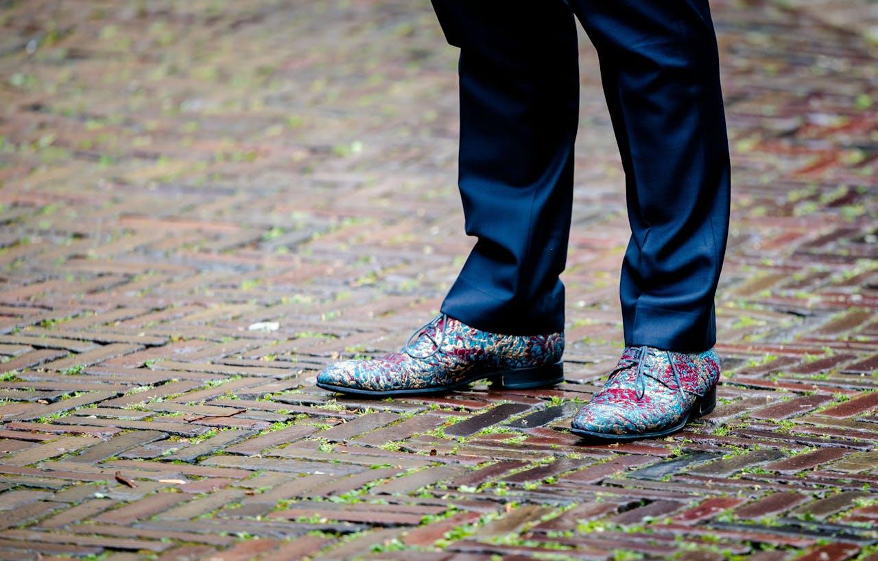 De schoenen van Minister Hugo de Jonge van Volksgezondheid, Welzijn en Sport (CDA) bij aankomst op het Binnenhof voor de wekelijkse ministerraad.