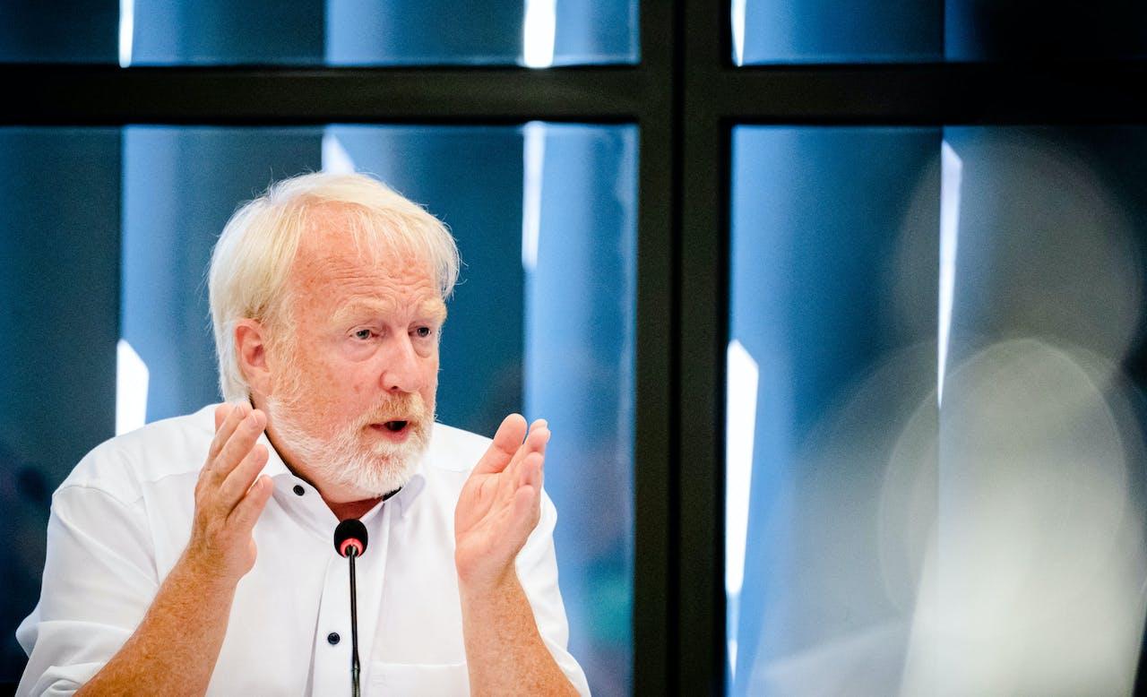Jaap van Dissel van het RIVM tijdens de briefing aan de Tweede Kamer.