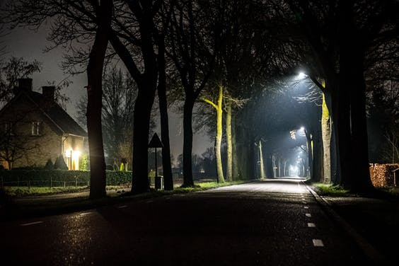 Verlaten wegen tijdens de avondklok
