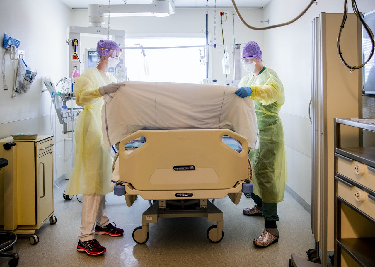 2020-05-12 13:12:49 Care workers in the intensive care unit (IC) of the HMC Westeinde hospital in The Hague, The Netherlands, May 12, 2020. The hospital expanded the number of beds in the ICU at the beginning of the corona crisis. ANP REMKO DE WAAL