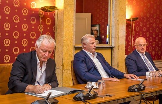 ACP-voorman Gerrit van de Kamp (midden) met Jan Struijs (NPB) en minister Grapperhaus