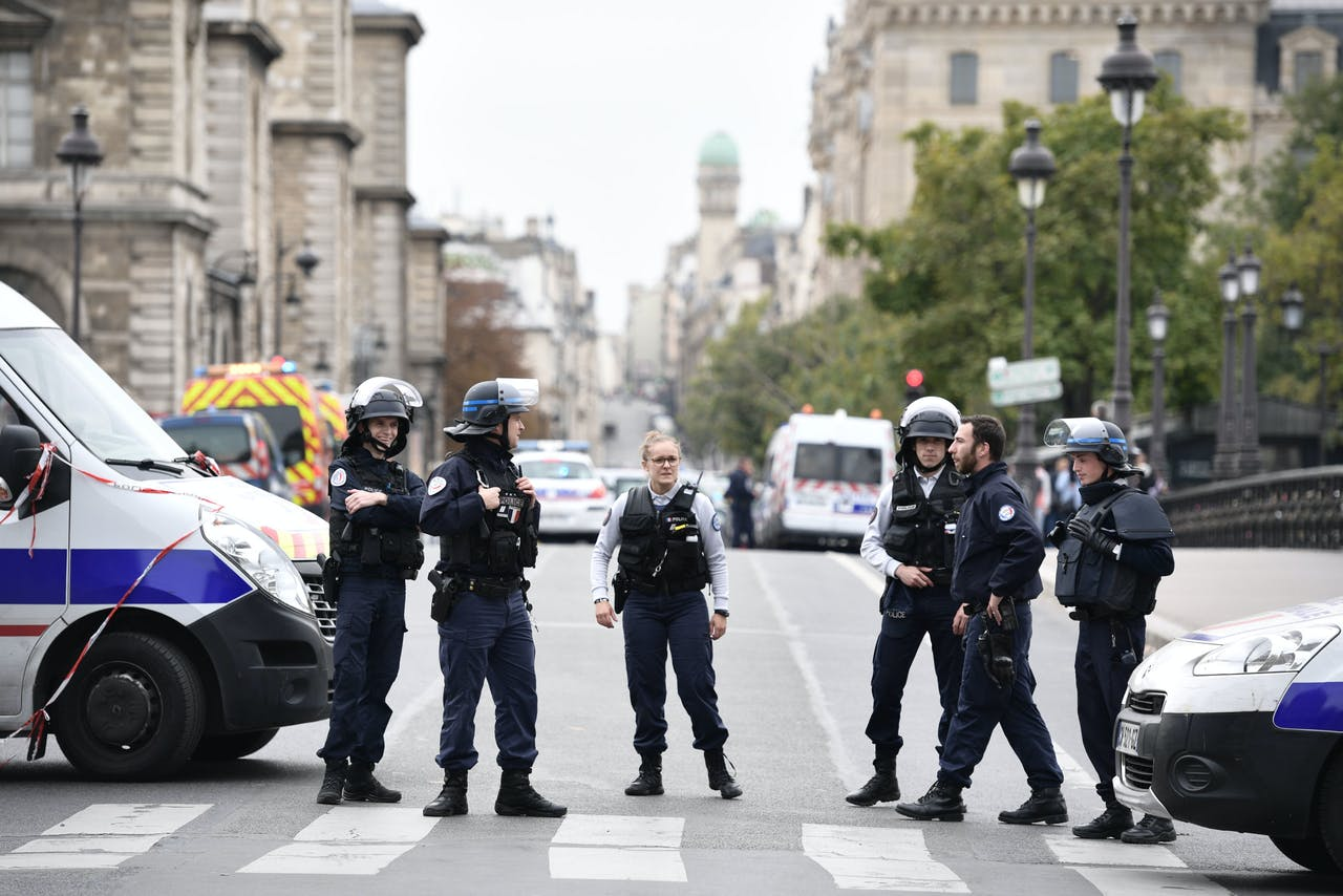 De politie zet de straat af na de steekpartij waarbij vier politieagenten en de dader zijn omgekomen.