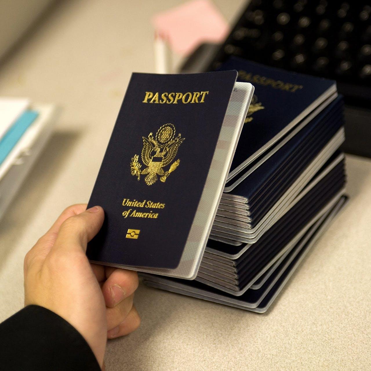 Veel meer Nederlanders hebben de afgelopen jaren afstand gedaan van hun Amerikaanse paspoort.