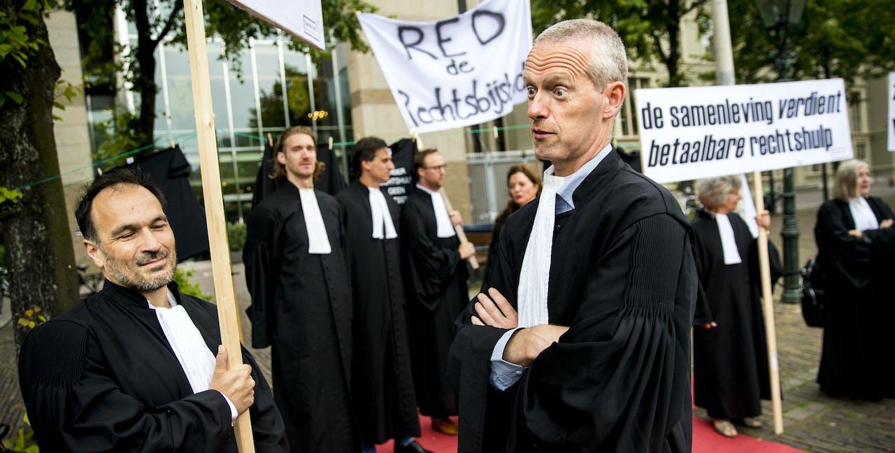 DEN HAAG - Advocaten in toga tijdens een tweedaags protest op het Plein tegen verdere bezuinigingen in het stelsel van gefinancierde rechtsbijstand. ANP JERRY LAMPEN