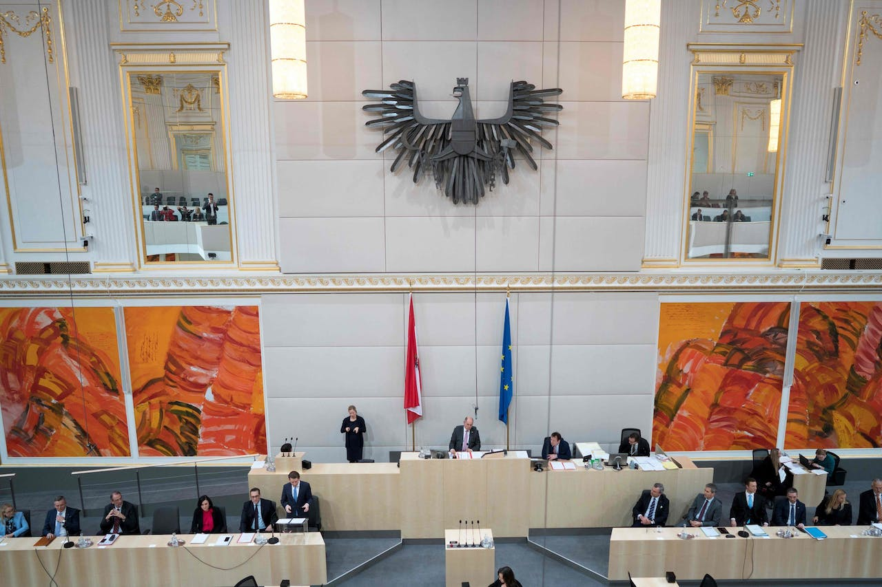 2017-12-20 17:38:20 Austrian Chancellor Sebastian Kurz (6thL-ÖVP) speaks next to Austrian vice-chancellor Heinz-Christian Strache (5thL, FPÖ) during a special meeting of the Austrian National Assembly at the temporary parliamentary assembly hall at Vienna Castle on December 20, 2017. / AFP PHOTO / JOE KLAMAR