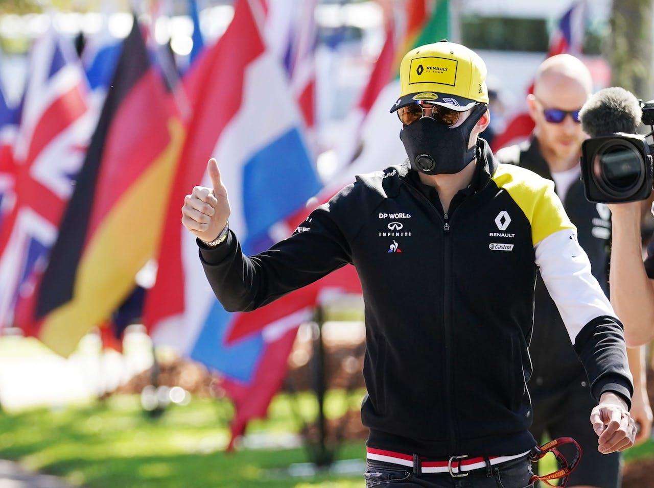 Esteban Ocon, van team Renault, arriveerde met een mondkapje op op het circuit van Melbourne.