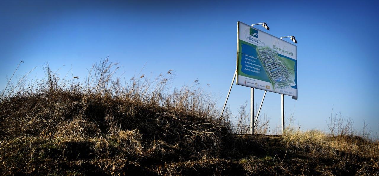 Een braakliggend bouwterrein waar de woonwijk De Blauwe Zoom zou worden gebouwd.