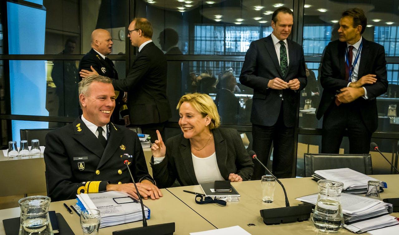 Commandant der Strijdkrachten luitenant-admiraal Rob Bauer en minister Ank Bijleveld van Defensie tijdens een debat over de verlenging van de Nederlandse bijdrage aan de VN-missie Minusma in Mali.