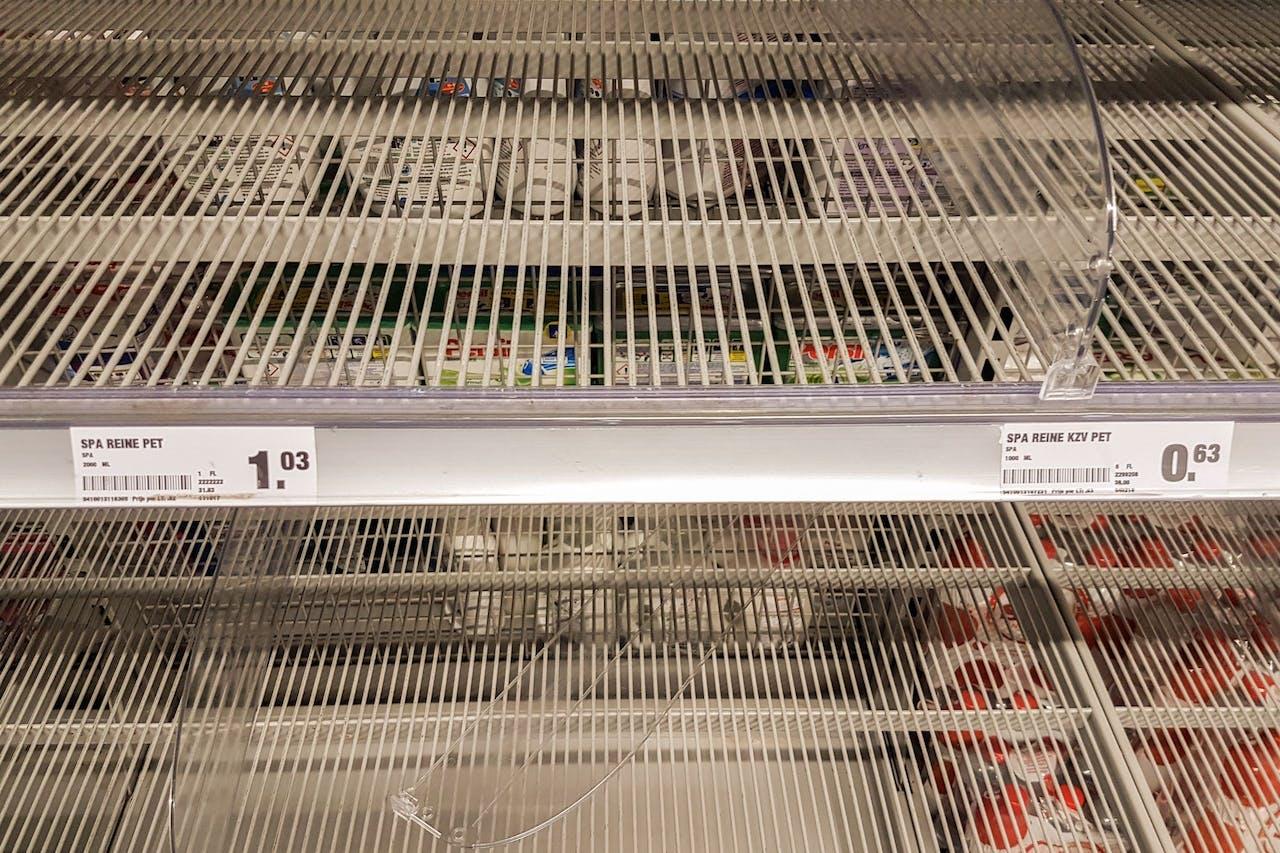2017-11-08 12:52:07 VLAARDINGEN - Lege schappen in de supermarkt waar normaliter de flessen drinkwater liggen. Bewoners van Vlaardingen slaan massaal flessen drinkwater in, nadat bekend is geworden dat er een bacterie in de waterleiding zit. ANP GINOPRESS
