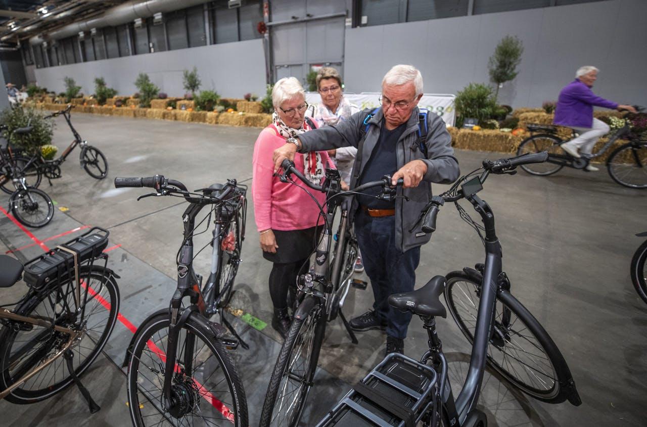 Bezoekers bekijken een elektrische fiets tijdens de 50Plusbeurs in de Jaarbeurs.