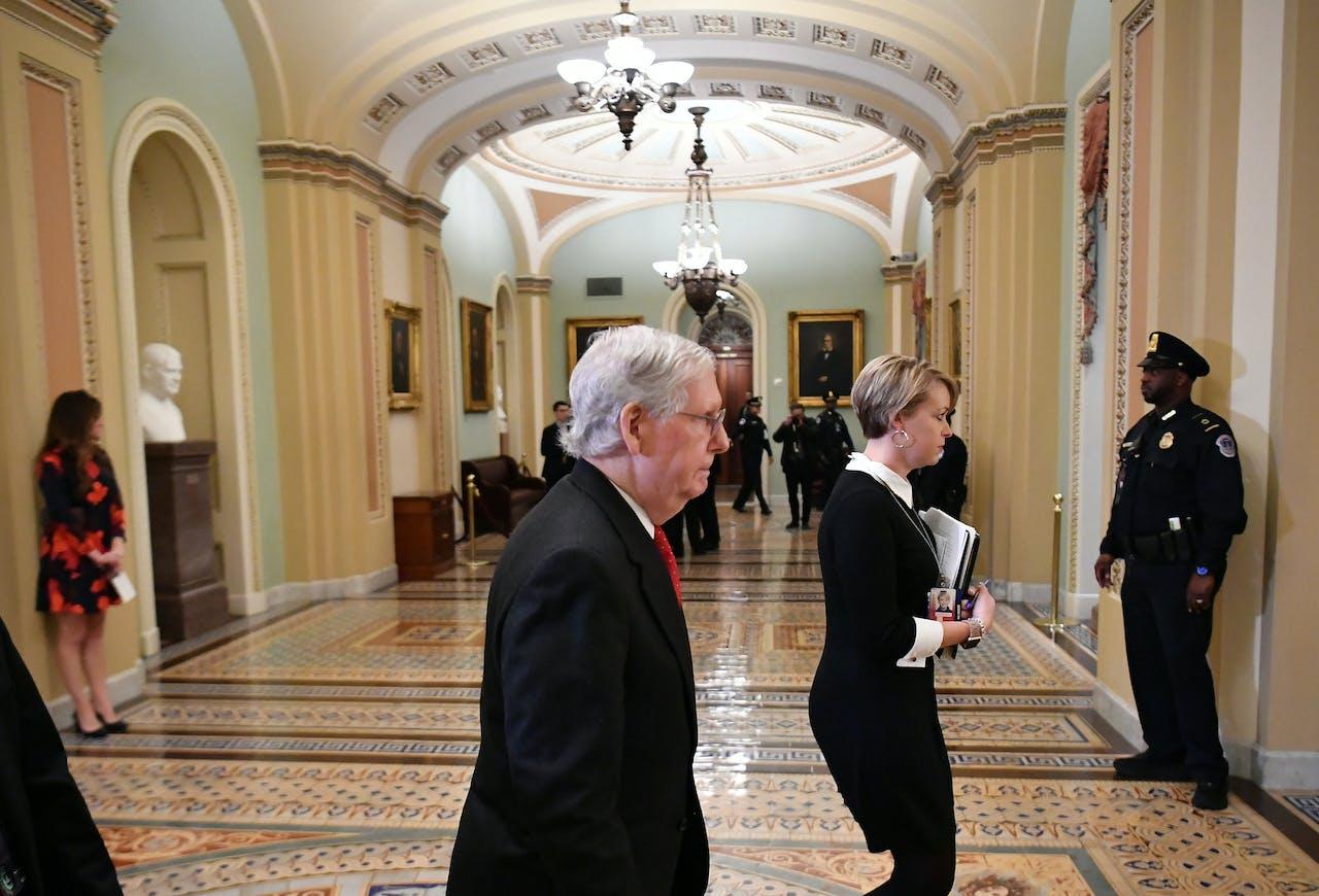 De Republikeinse leider Mitch McConnell verlaat de Senaat na een pauze tijdens het impeachmentprocedure.