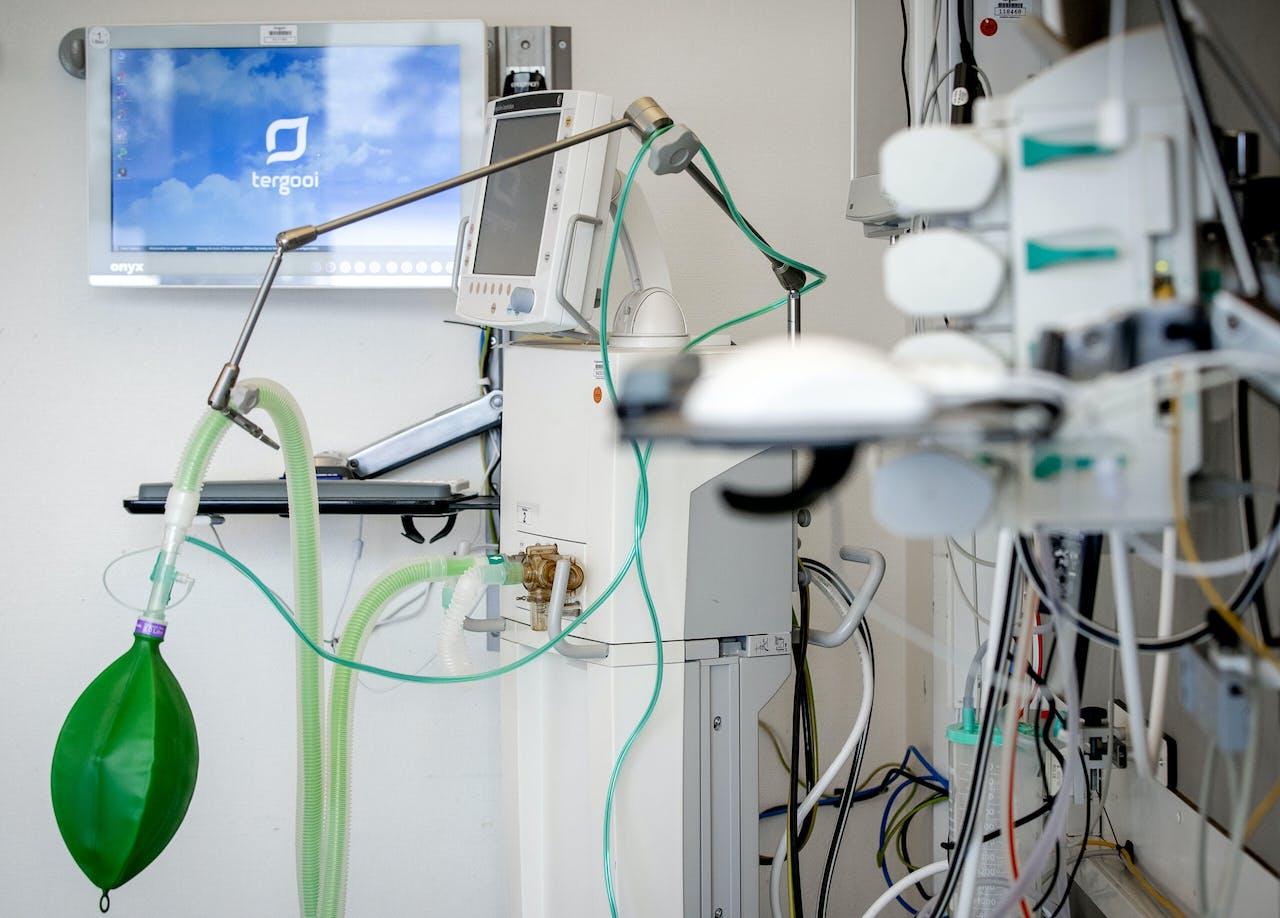 2020-04-02 11:57:38 HILVERSUM - Een beademingsapparaat in een extra intensive care kamer in het Tergooi ziekenhuis. In de IC-kamer kunnen vier coronapatienten opgenomen worden. Vanwege de coronacrisis wordt het aantal IC-bedden in de Nederlandse ziekenhuizen opgevoerd. ANP SEM VAN DER WAL