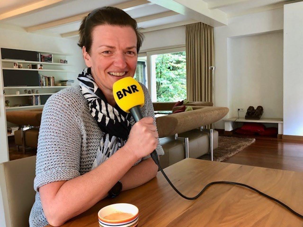 Anna van Puijenbroek aan de keukentafel
