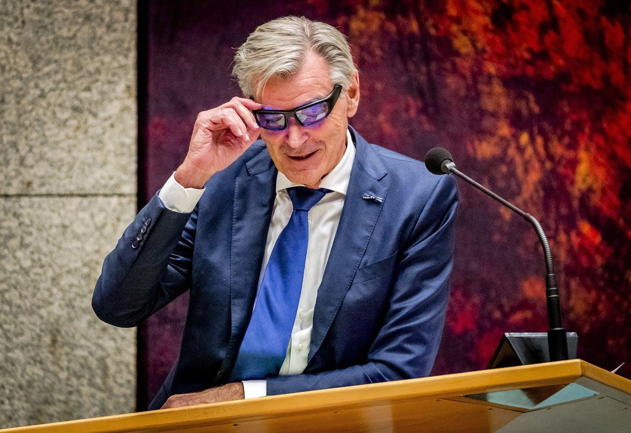 Martin van Rooijen (50Plus) test een lichttherapiebril om fit te blijven tijdens het debat over de afschaffing van de Wet-Hillen.