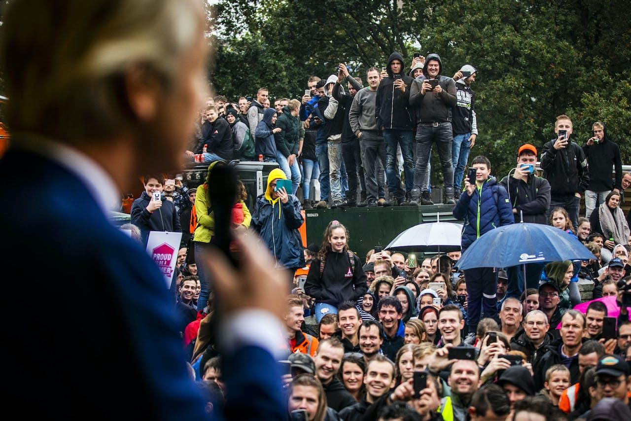 Geert Wilders (PVV) spreekt boeren toe tijdens een protest in Den Haag. Belangenbehartiger LTO Noord riep op tot het boerenprotest en eist een opschorting van de beleidsregels rond stikstof.