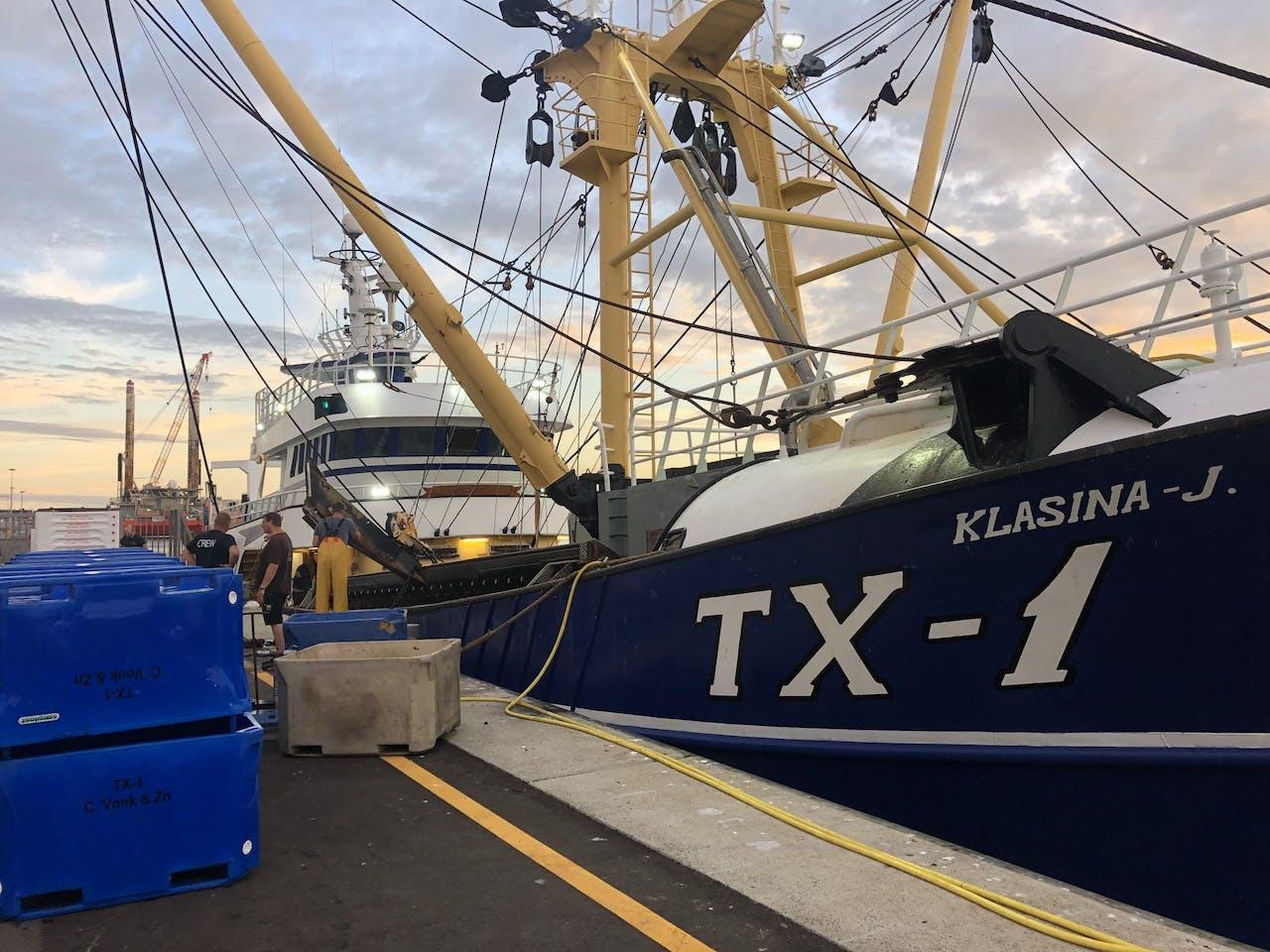 Het schip van de Texelse visser Cor Vonk bij de visafslag in Den Helder