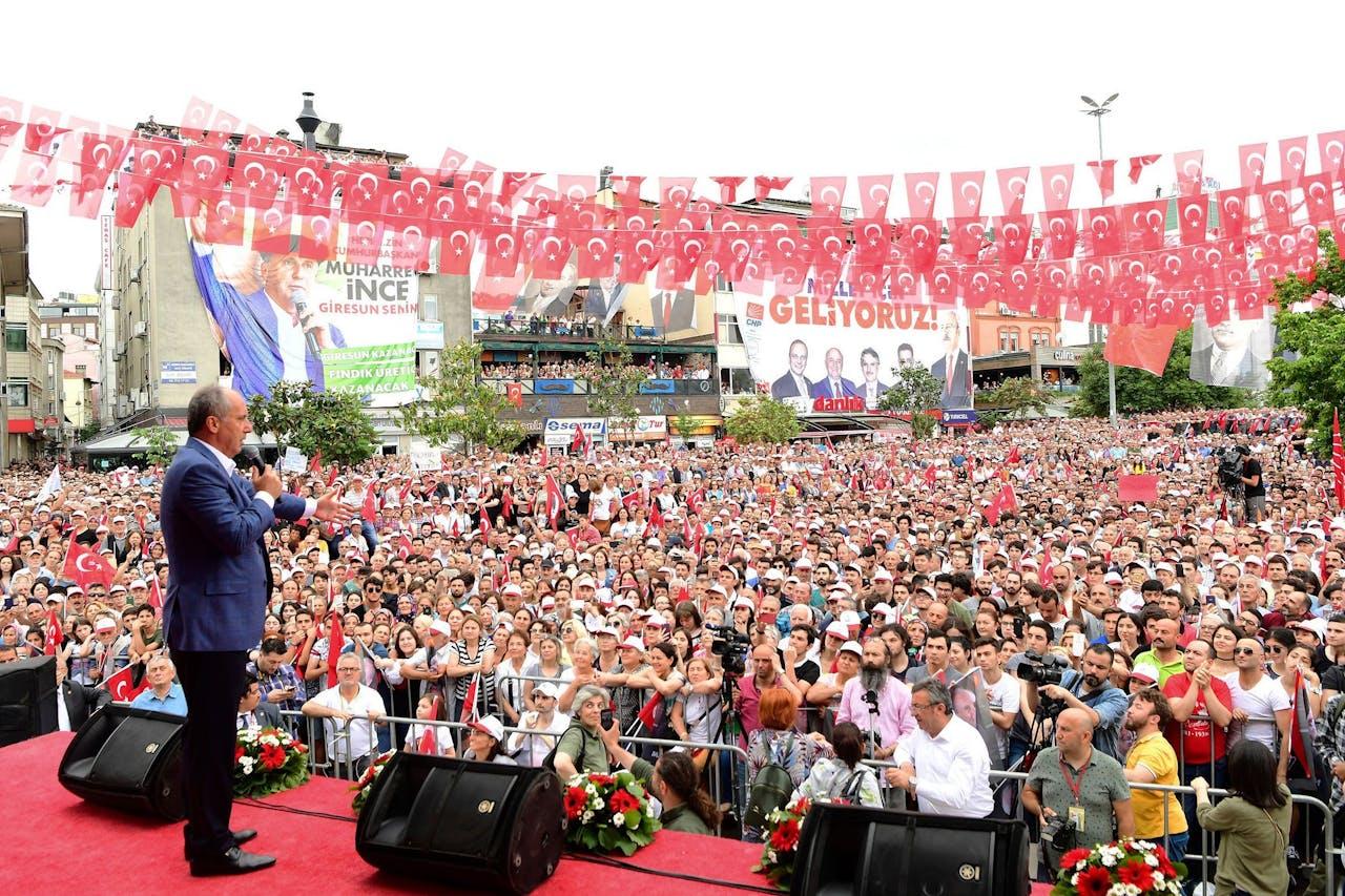 Oppositieleider Muharrem Ince houdt een toespraak.